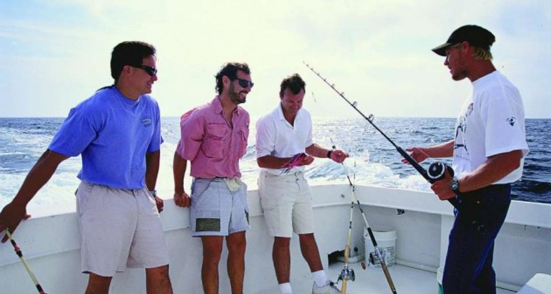 Um guia dá dicas durante uma excursão de pesca.